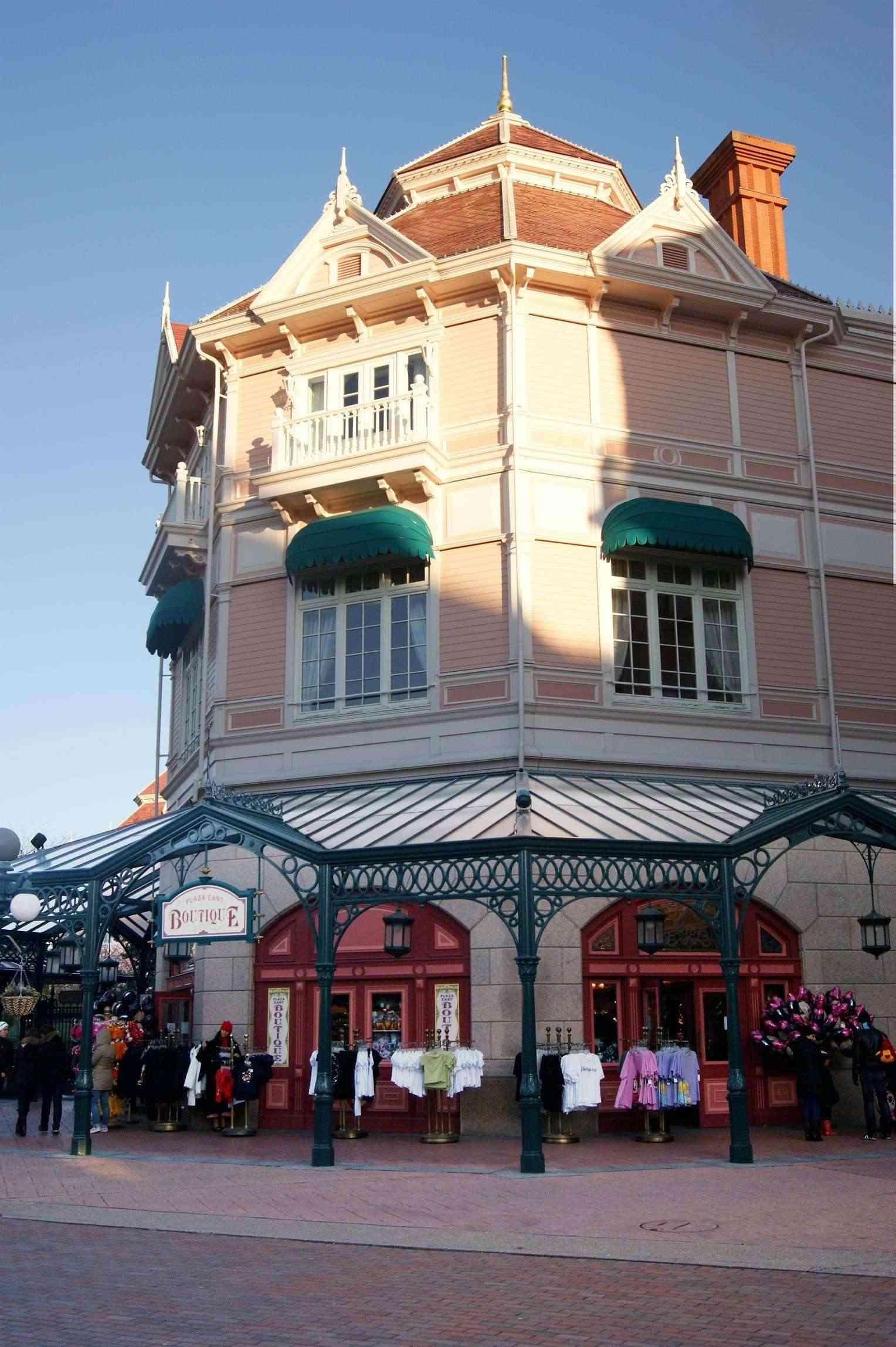 Descriptif des boutiques du Parc Disneyland (en construction) Plaza_10