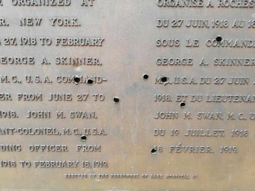 Une plaque commémorative un peu particulière. Img_2012