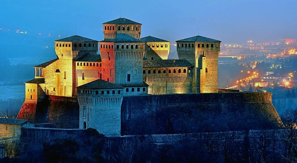 Torrechiara by nigth Immagi38