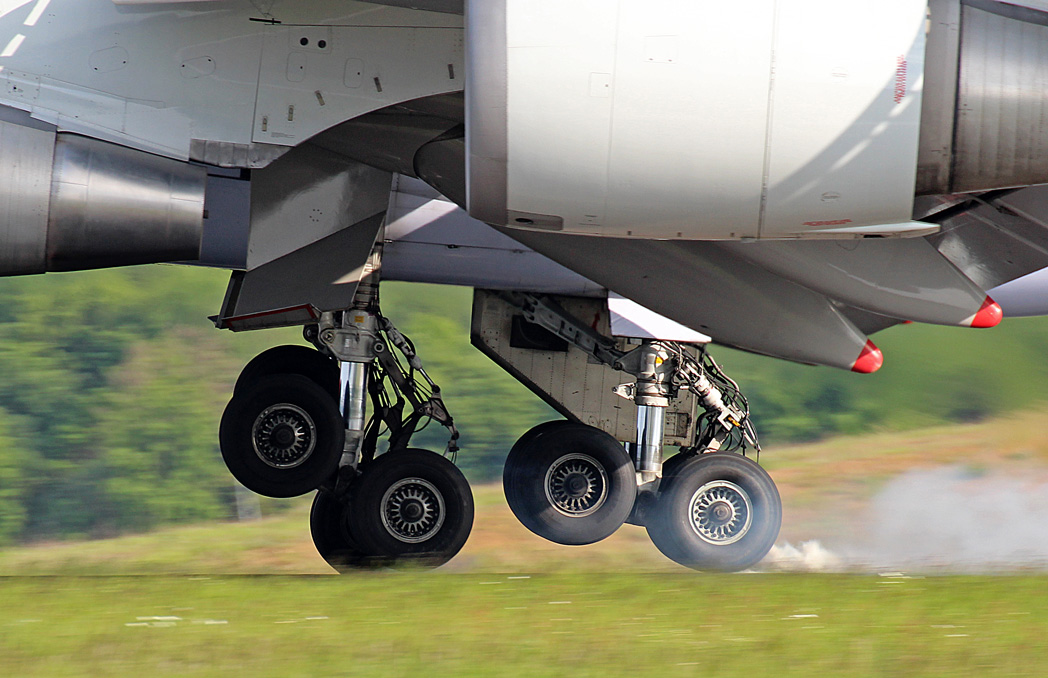 19.05.2012 Landing gears at touch down Img_6712