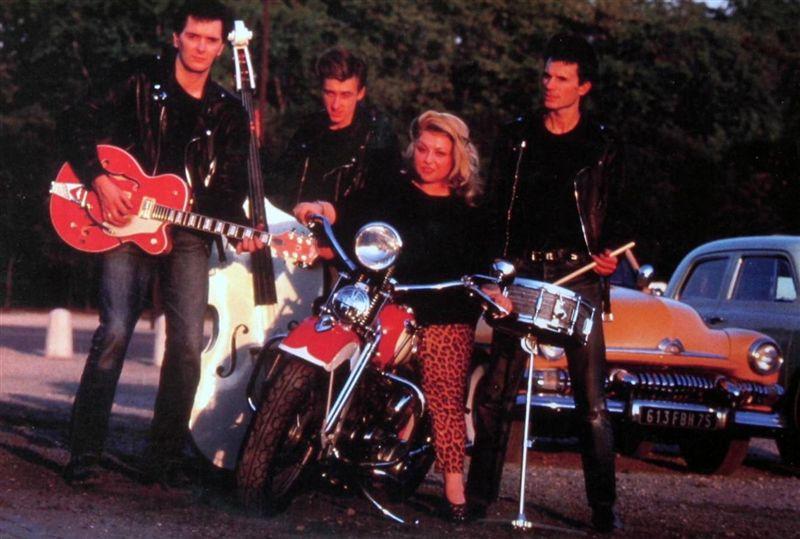 Ils ont posé avec une Harley - Page 3 0011