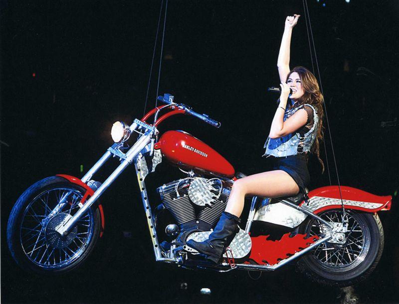 - Ils ont posé avec une Harley - Page 19 00110