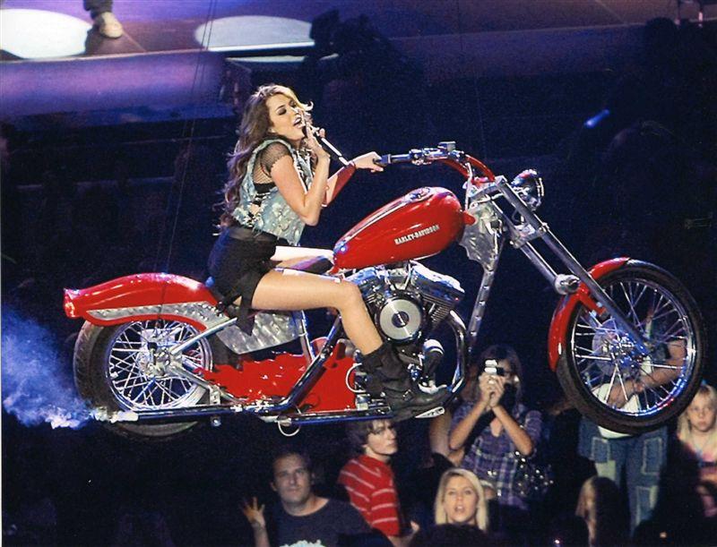 - Ils ont posé avec une Harley - Page 19 00210