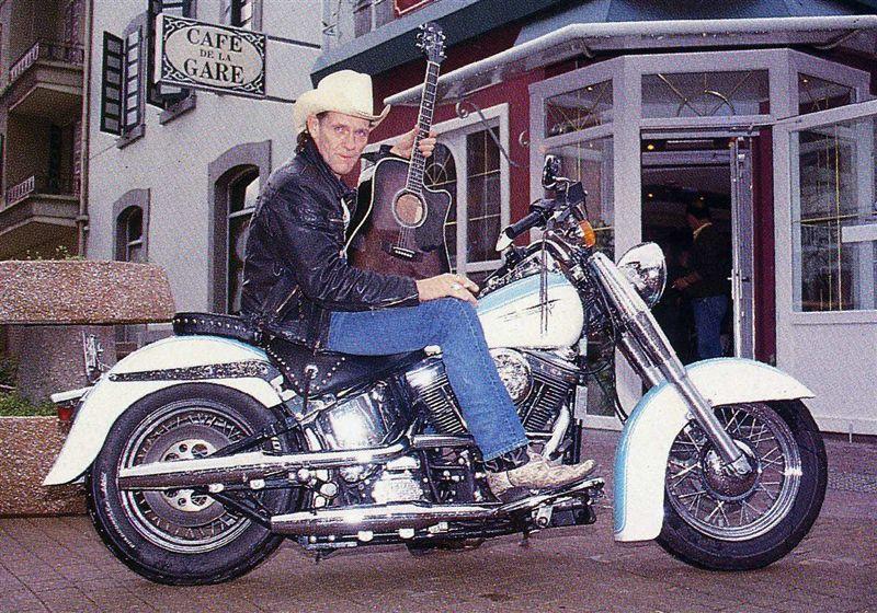 Ils ont posé avec une Harley - Page 6 00410