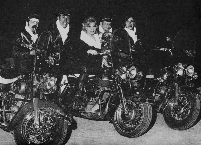 Ils ont posé avec une Harley 01110