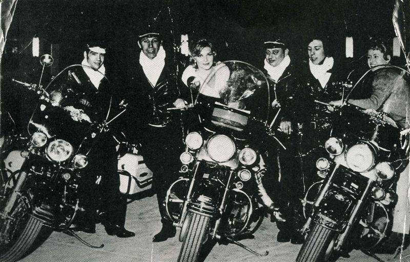 Ils ont posé avec une Harley 011_110