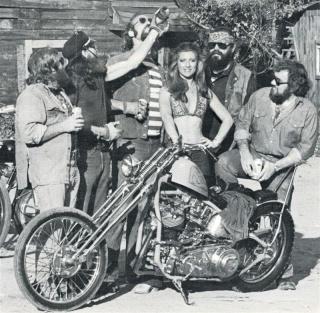 Ils ont posé avec une Harley - Page 4 01411