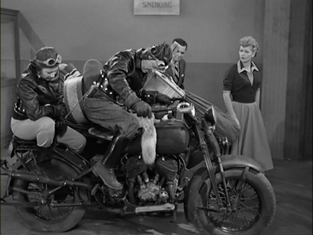 Ils ont posé avec une Harley - Page 3 1010