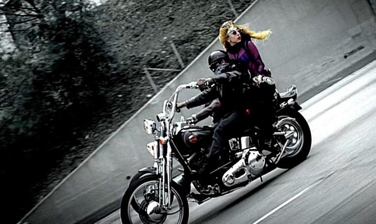 Ils ont posé avec une Harley - Page 4 412