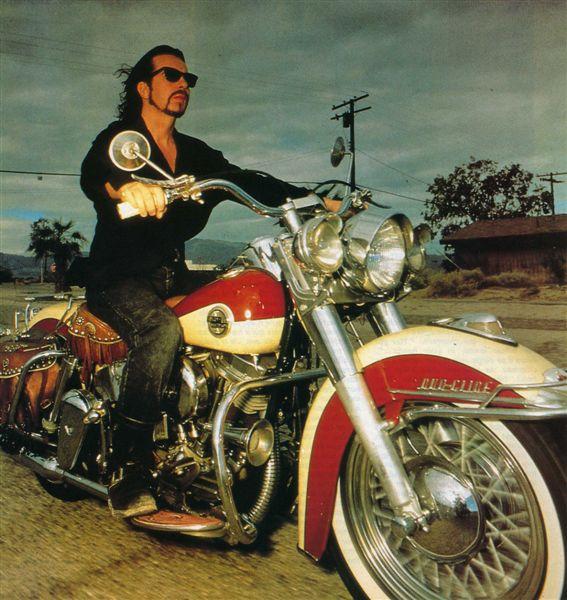 Ils ont posé avec une Harley Aa10
