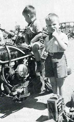 - Ils ont posé avec une Harley - Page 19 Aar04010