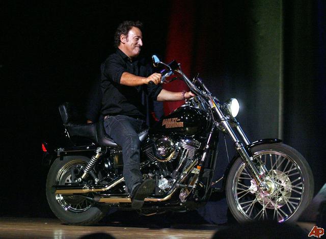 Ils ont posé avec une Harley - Page 5 Az10