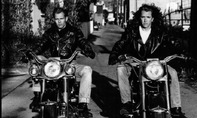 Ils ont posé avec une Harley, principalement les People - Page 5 Captu710