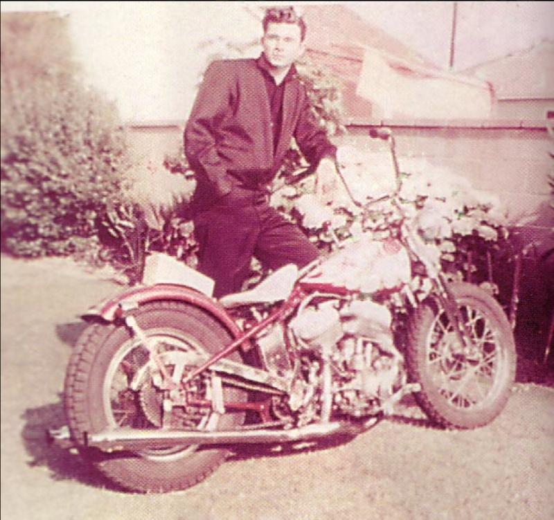 Ils ont posé avec une Harley, principalement les People - Page 6 Captu810