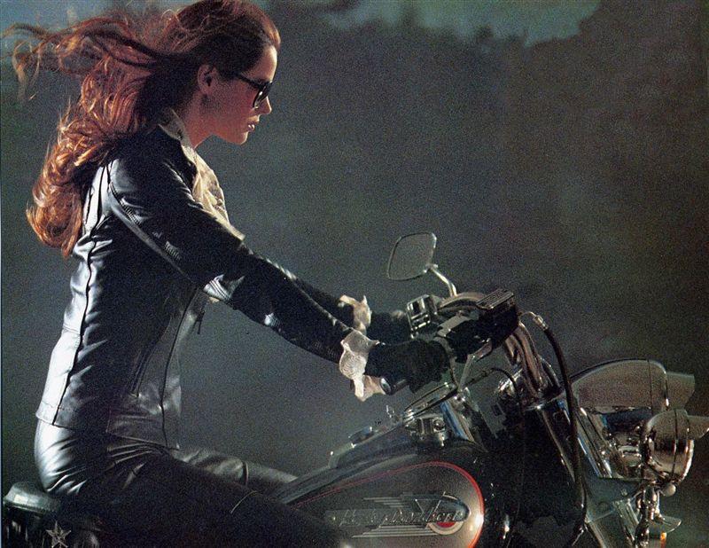 Ils ont posé avec une Harley, principalement les People - Page 3 Copie14
