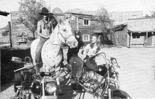 Ils ont posé avec une Harley - Page 5 Copie_21