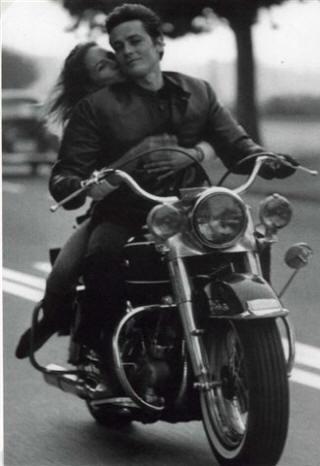 Ils ont posé avec une Harley - Page 4 Delon311