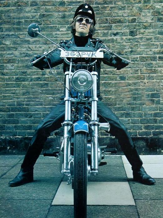 Ils ont posé avec une Harley - Page 5 Dr10