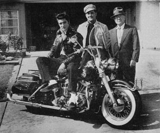 Ils ont posé avec une Harley - Page 4 Elvis210