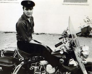Ils ont posé avec une Harley - Page 4 Elvis211