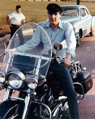 Ils ont posé avec une Harley - Page 4 Elvis212