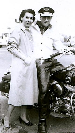 Ils ont posé avec une Harley - Page 4 Elvis213