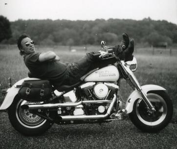 Ils ont posé avec une Harley - Page 5 En10