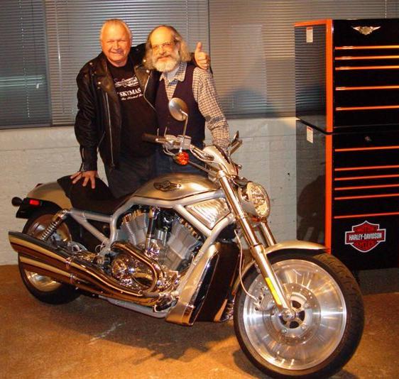 Ils ont posé avec une Harley - Page 6 Qz10