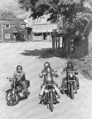 Ils ont posé avec une Harley - Page 5 Sheila17
