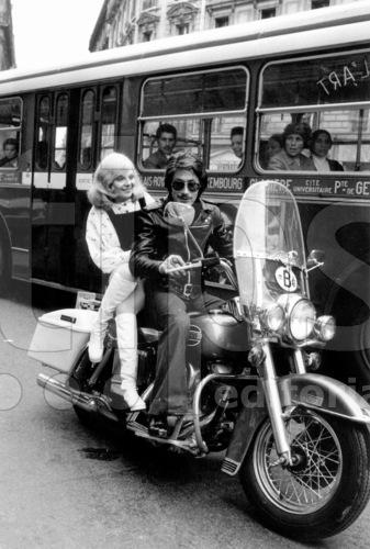 Ils ont posé avec une Harley, principalement les People - Page 5 Sheila18
