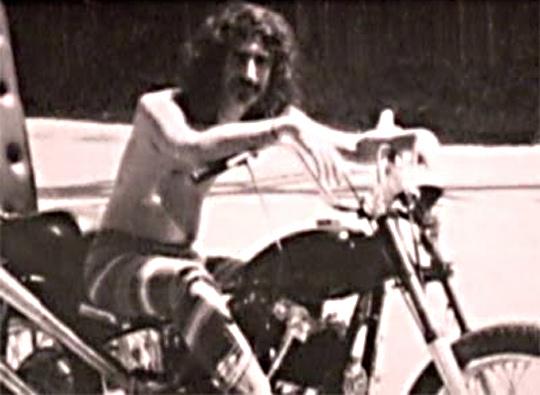 Ils ont posé avec une Harley - Page 5 Zappa_10