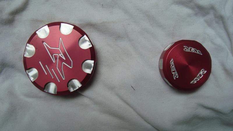 Echange deux couvercles(embrayage et freins) anodisés rouges VENDUS Dsc01610