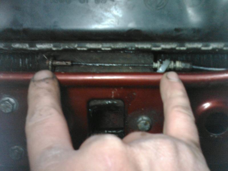 Oups....capot moteur coinçé Img26210