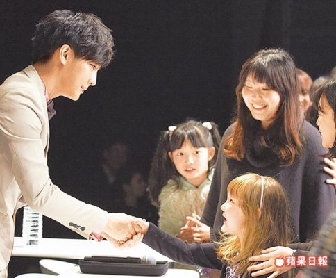 25/3/2012 1500 Japanese fans attend Aaron Yan's fan meeting Aaron_12