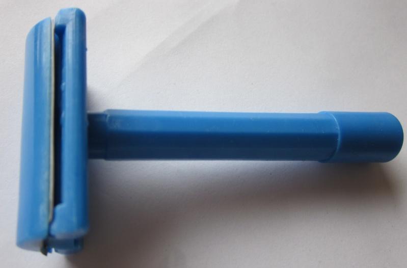Petit DE bleu plastique...Le Schtroumpf Agressif !! Img_5611