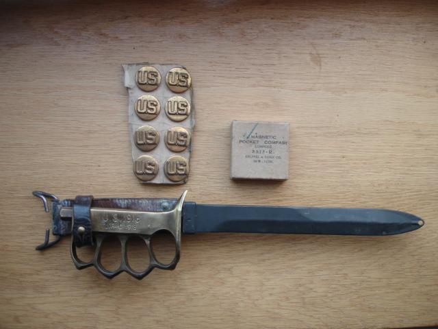 lot us disque de col ,poignard ,boussole Dsc09655