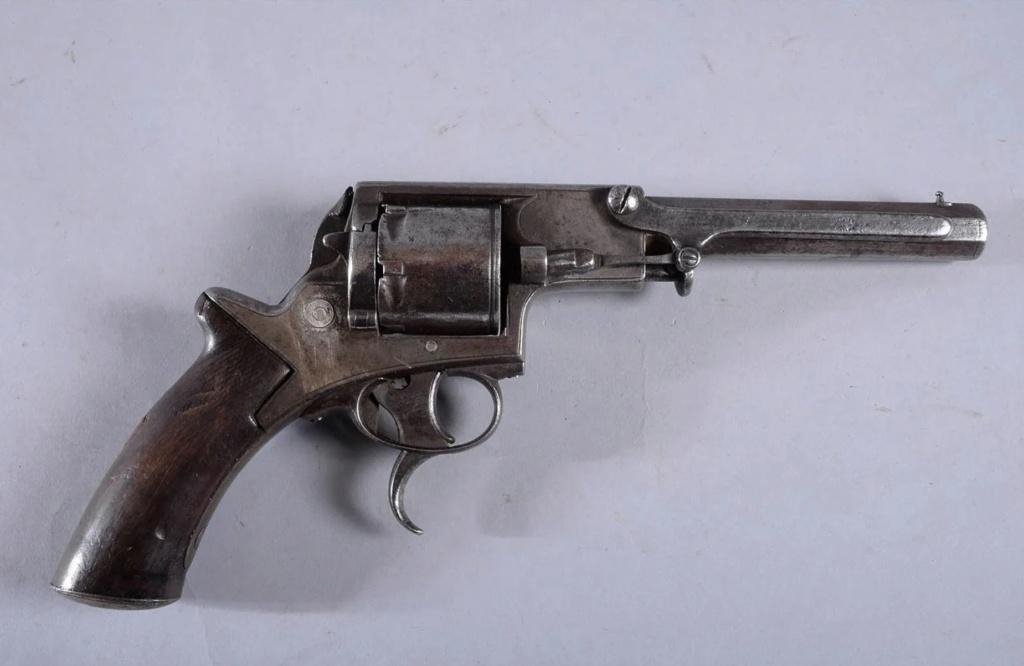 Une idée sur ce revolver? 0110
