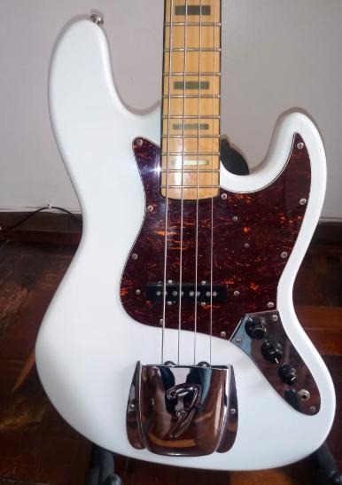 [AJUDA URGENTE] Fender Jazz Bass falso ? Jb210