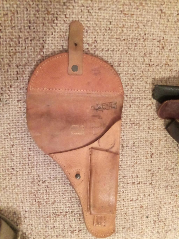 Trouvés holsters WW2 ww1 cuir ou xix ème siècle. Img_2026