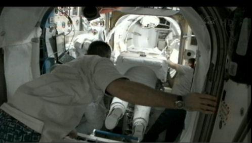 ISS: (US EVA#20) Réparation radiateur poutre P6 (fuite ammoniac) - Page 2 Eva_2011