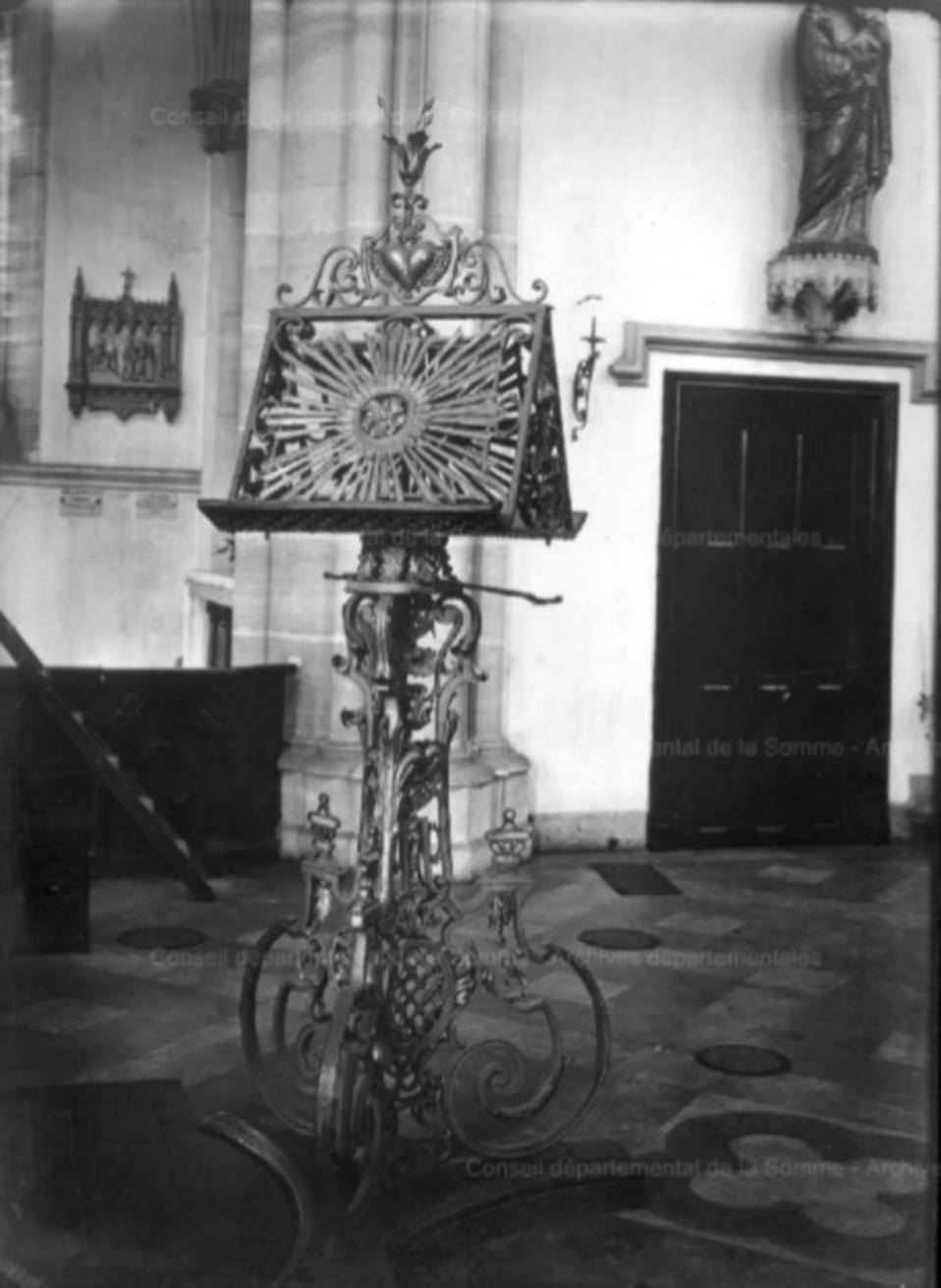 L'EGLISE de Le Quesnel : église Saint léger. Lutrin10