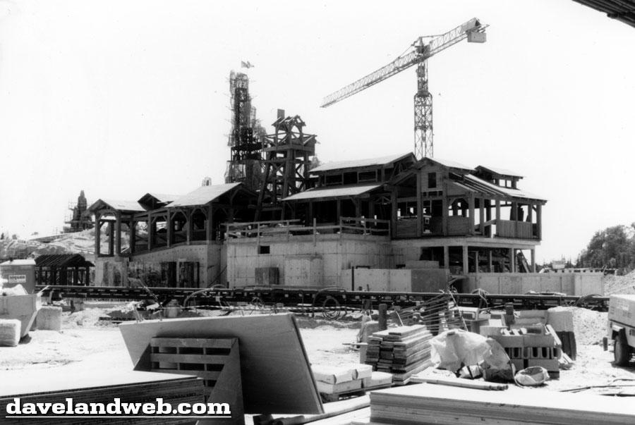 Photos de la construction du Parc Disneyland - Page 3 Dlp_9111
