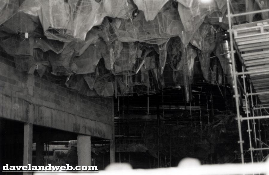 Photos de la construction du Parc Disneyland - Page 3 Dlp_9113