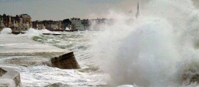 Bretagne : 6 500 foyers privés d'électricité, alerte aux vagues géantes Tempet10