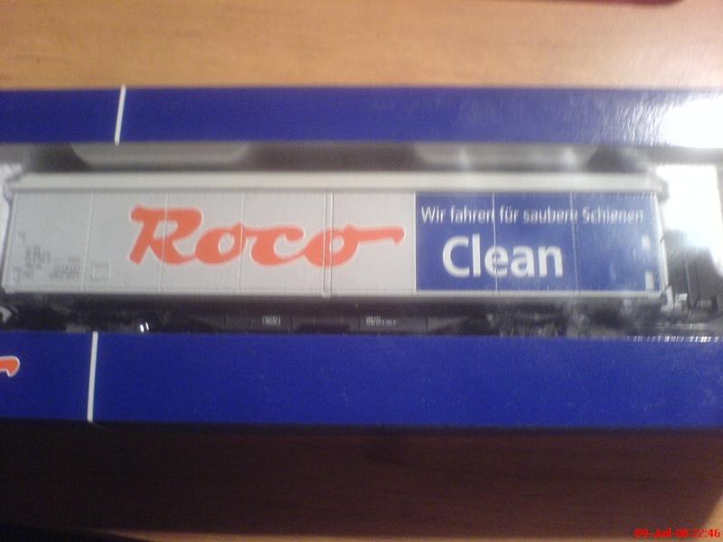 wagon netoyyeur de voie roco ( roco clean )  bien connu  ! Dsc00744