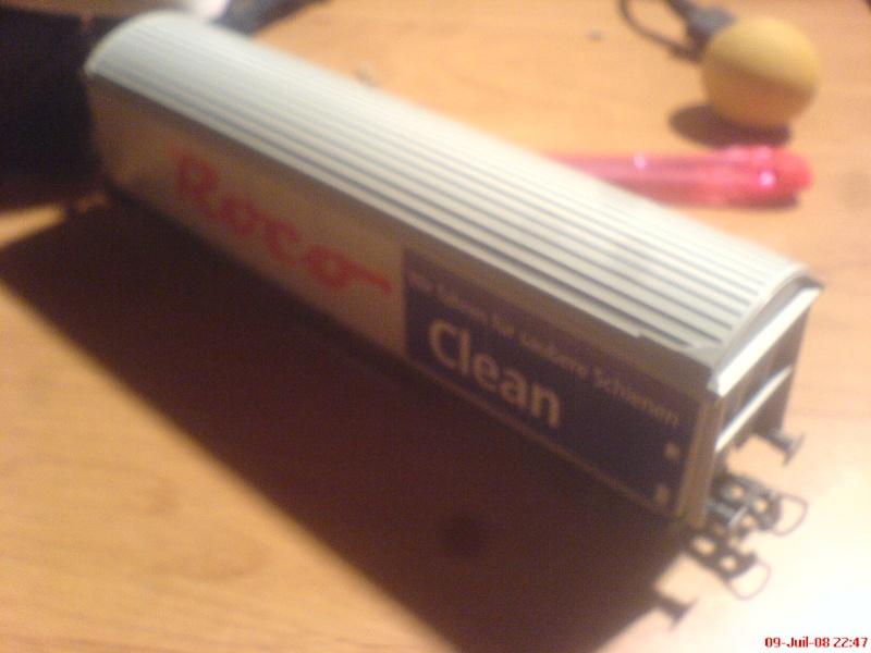wagon netoyyeur de voie roco ( roco clean )  bien connu  ! Dsc00749