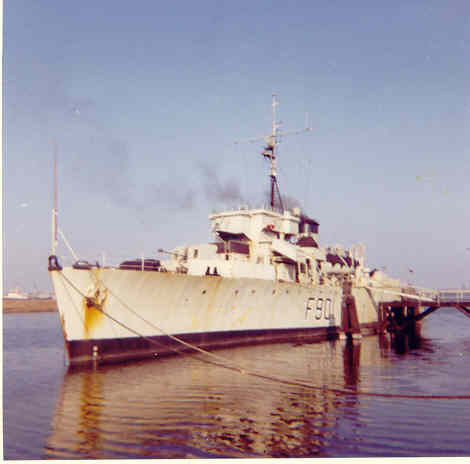 F901 Georges Lecointe (ex HMCS Wallaceburg) L_alge10
