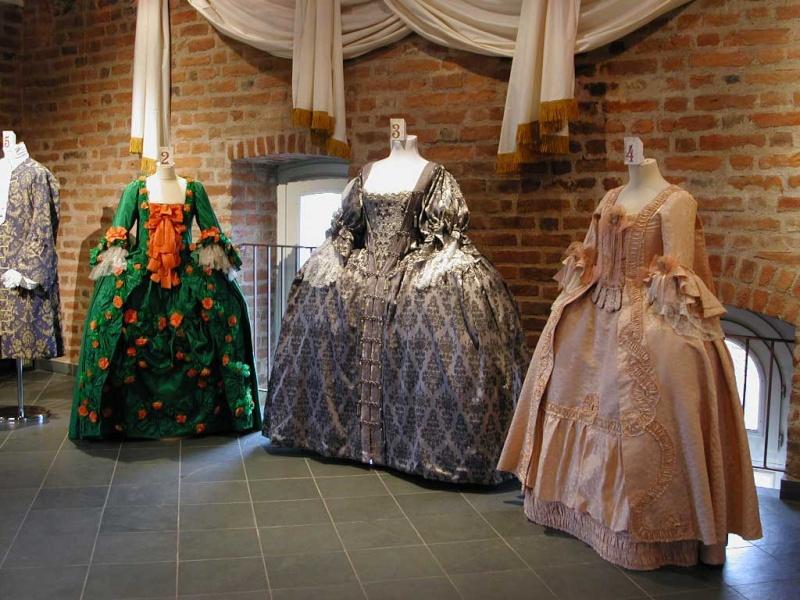 les robes à panier de Marie-Antoinette - Page 3 Robes_10