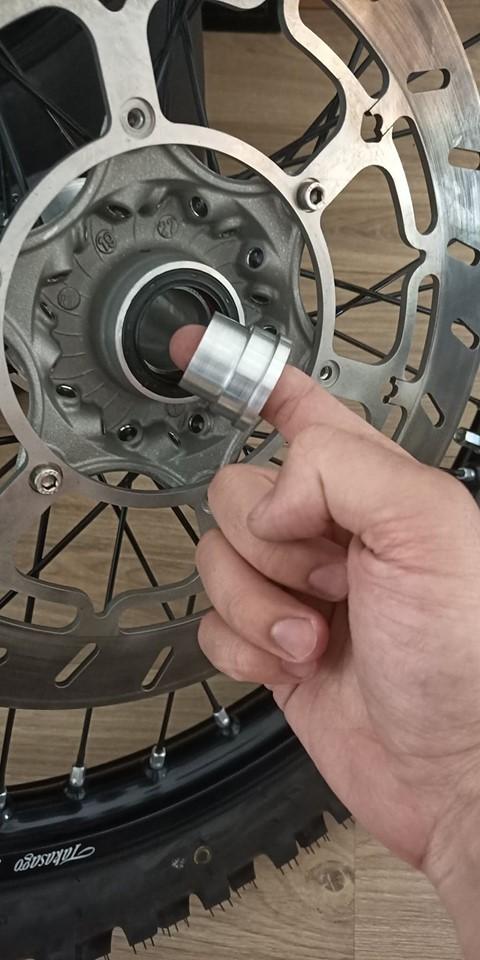 """KTM 640 Adv: Montage et plan entretoise roue AV """"gros axe"""" 11817010"""