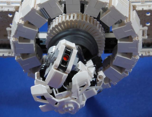 [Moc] Coup de coeur : GLaDOS de Portal 2 en Lego/piéce HF Portal11